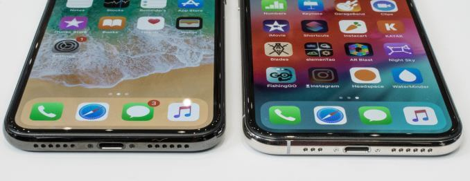 iPhone X(左)和 XS(右)底部的开孔对比(来源:AnandTech)